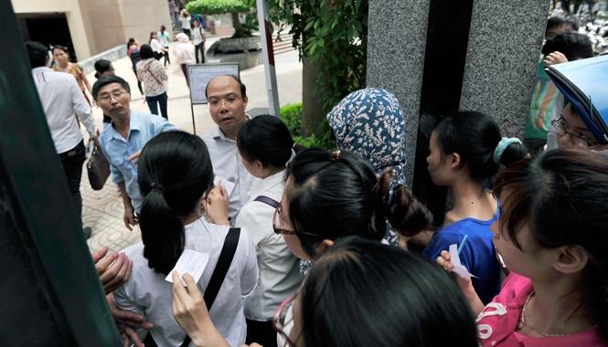 Chen nhau vào thi công chức tại Cục Thuế Hà Nội. Ảnh: Hoàng Anh.