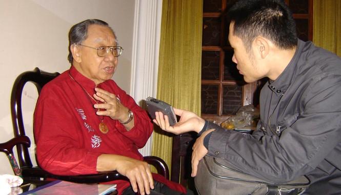 GS Trần Văn Khê trò chuyện với phóng viên Tiền Phong tại Hà Nội ngày 18/11/2005. Ảnh: Bùi Trọng Hiền.