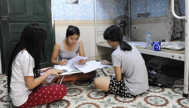 """Thí sinh nghỉ trọ tại KTX Mễ Trì """"giam mình"""" trong phòng tránh nóng và ôn bài trước ngày thi. Ảnh: Xuân Tùng."""