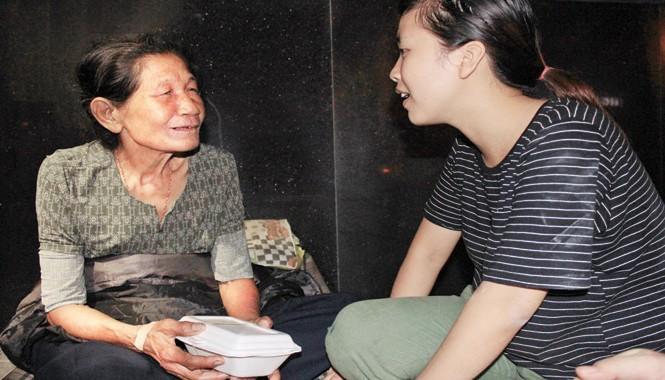 Nhiều người vô gia cư xúc động khi biết hoàn cảnh của Hân và quý cô gái như con cháu. Ảnh: Quang Lộc.