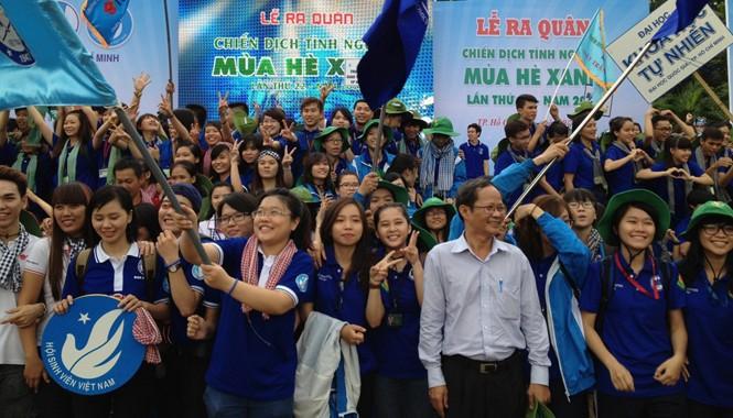 Đông đảo đoàn viên thanh niên, sinh viên, học sinh tham gia lễ ra quân Chiến dịch tình nguyện Mùa hè xanh lần thứ 22.