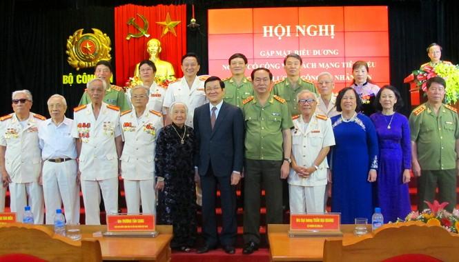 Chủ tịch nước Trương Tấn Sang, Đại tướng Trần Đại Quang chụp ảnh lưu niệm với các cựu cán bộ dự hội nghị. Ảnh: Vũ Ân.
