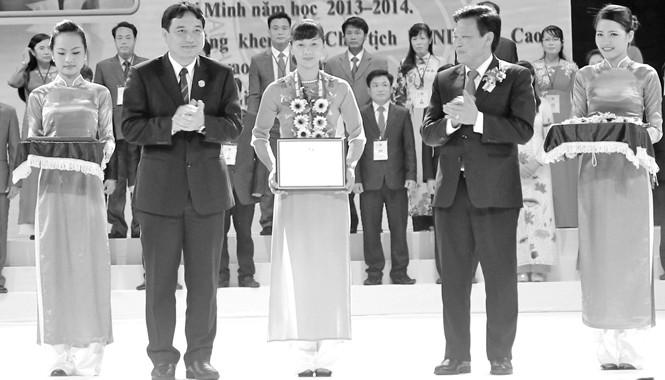Bí thư thứ nhất T.Ư Đoàn Nguyễn Đắc Vinh trao thưởng cho cán bộ, công chức, viên chức trẻ giỏi.