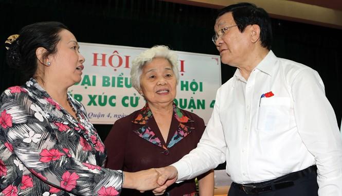 Chủ tịch nước Trương Tấn Sang tiếp xúc cử tri quận 4. Ảnh: TTXVN.