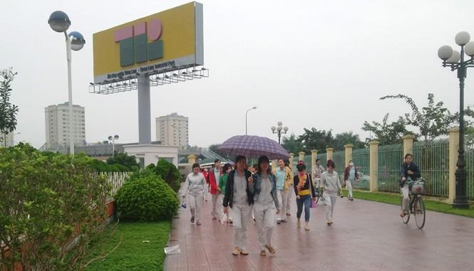 Công nhân KCN Thăng Long (huyện Đông Anh, Hà Nội) giờ tan ca. Ảnh: Nguyễn Hoan.