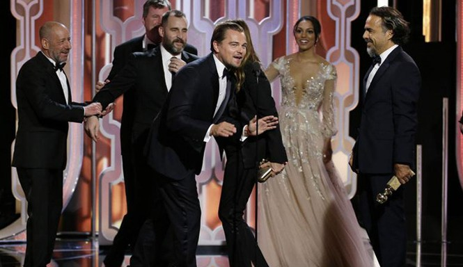 """Đoàn phim """"The Revenant"""" thắng lớn mở đường chạy đua đến Oscar."""
