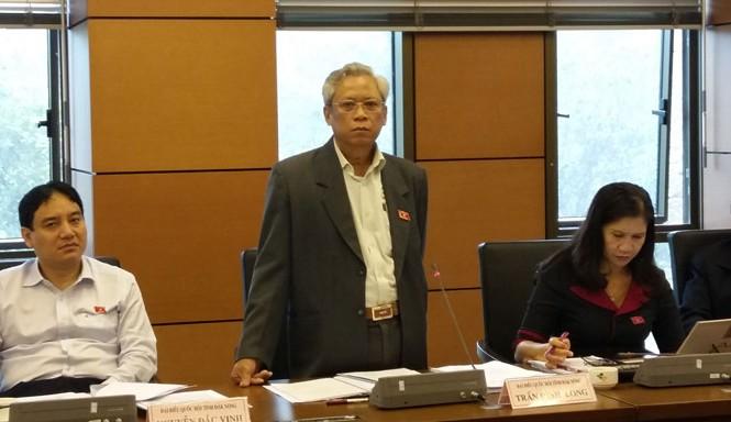 Phó Chủ nhiệm Ủy ban Pháp luật Trần Đình Long nói không biết trả lời thế nào với cử tri về vấn đề biển Đông dù nhiệm kỳ đã chuẩn bị kết thúc.