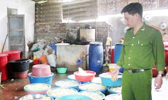Cở sở sản xuất măng do chị Trang làm chủ đang dùng chất màu vàng để nhuộm măng. Ảnh: Zing.