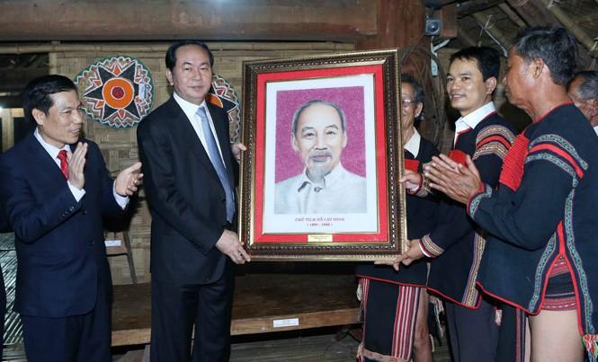 Chủ tịch nước Trần Đại Quang gặp gỡ, thăm hỏi và tặng quà đồng bào dân tộc Ê Đê. Ảnh: TTXVN.