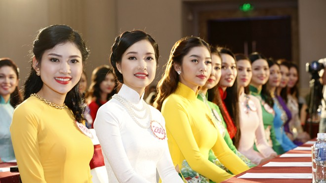 30 cô gái trình diện trong họp báo. Ảnh: Hồng Vĩnh.
