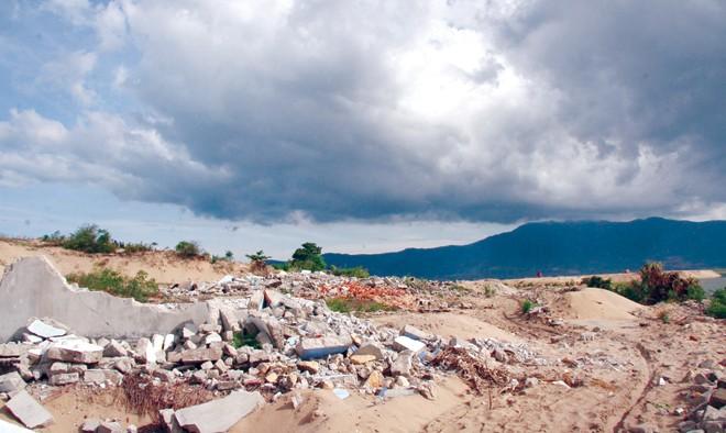 Hàng ngàn hộ dân 5 xã thuộc huyện Kỳ Anh cũ phải hy sinh đất đai, nhà cửa để nhường đất cho Formosa (Trong ảnh: Nhà dân bị san phẳng, ảnh chụp năm 2010). Ảnh: Phong Cầm.
