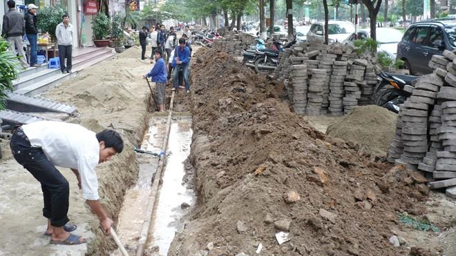"""Vỉa hè đường Hoàng Quốc Việt từng được lát bằng gạch lục giác nhưng bị """"mổ phanh"""" để sửa đường ống nước. Ảnh: Anh Trọng."""