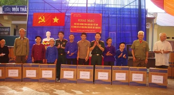 Đại tá Hoàng Việt - Phó cục trưởng Cục hậu cần Quân khu và Đại tá Nguyễn văn Tự - Phó giám đốc Bệnh viện Quân y 91 thay mặt cán bộ, chiến sĩ bệnh viện tặng quà cho các gia đình chính sách.