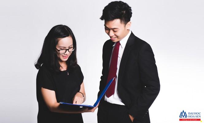Sinh viên Đại học Hoa Sen thảo luận đề án môn học với doanh nghiệp.