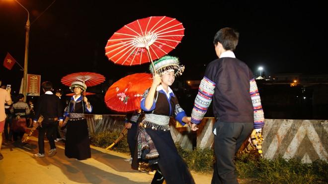 Điệu múa của người dân tộc Mông tại Tuần Văn hóa. Ảnh: Hồng Vĩnh.