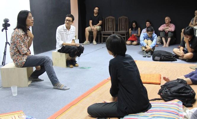Đạo diễn Trương Minh Quý (bìa trái) và nhà tổ chức Nguyễn Quốc Thành giao lưu với khán giả LHP Queer Forever. Ảnh: N.M.Hà.