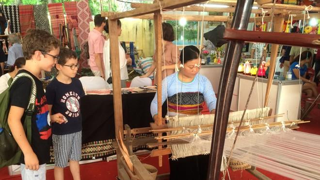 Gian hàng của Hoa Ban Cộng - làng nghề thổ cẩm Mai Châu, Hòa Bình. Ảnh: H.H.