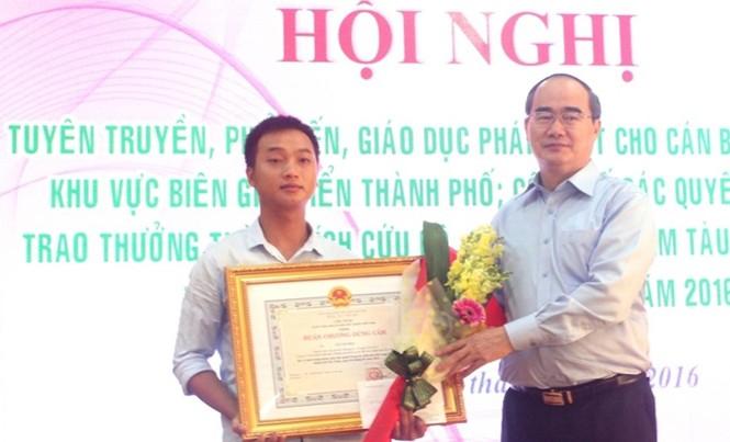Chủ tịch Ủy ban Trung ương MTTQ Việt Nam Nguyễn Thiện Nhân trao Huân chương Dũng cảm cho anh Lê Văn Hoa, thuyền viên tàu Phú Quý 2.