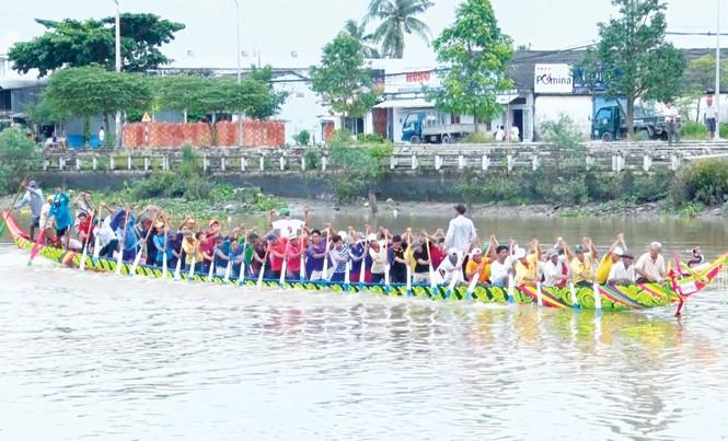 Đội nam chùa Kom Pong Tróp tập đua ghe trên sông Maspero. Ảnh: Kim Hà.