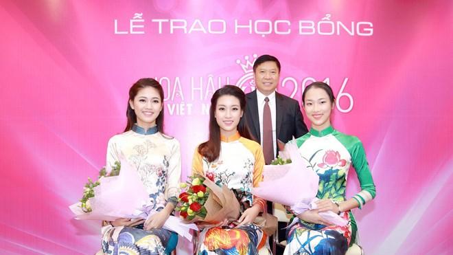 Ông Phạm Tấn Nghĩa - Chủ tịch kiêm TGĐ Hệ thống Anh văn Hội Việt Mỹ trao học bổng và tặng hoa cho các người đẹp.