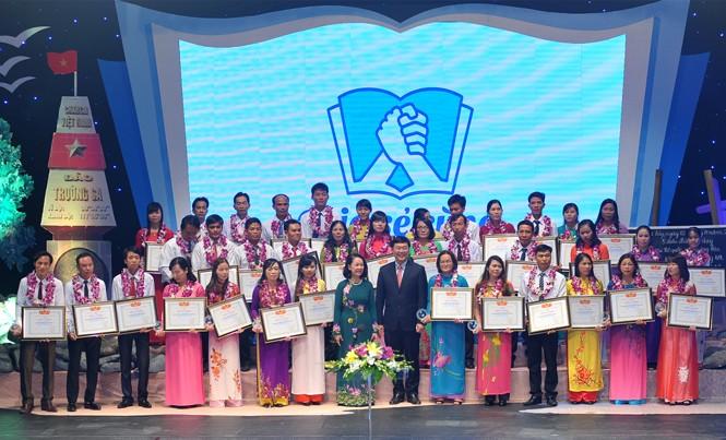 Bà Trương Thị Mai, anh Lê Quốc Phong và 42 giáo viên tiêu biểu đang công tác tại các huyện đảo, xã đảo. Ảnh: Xuân Tùng.