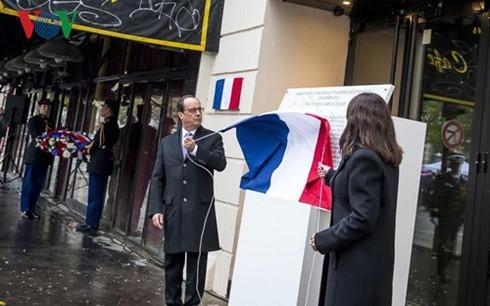 Tổng thống Pháp Fancois Hollande tham gia thực hiện nghi thức khánh thành tấm biển tưởng niệm trước nhà hát Bataclan.