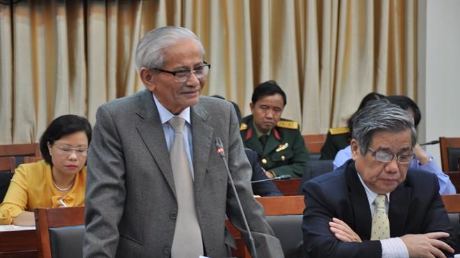 GS.NGND. Phan Huy Lê trình bày nhiều thành tựu mới trong nghiên cứu lịch sử và thông tin về bộ quốc sử 25 tập. Ảnh: T.Toan.
