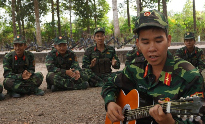 Chiến sĩ mới ở Trung đoàn Gia Định sinh hoạt văn nghệ trong giờ giải lao trên thao trường. Ảnh: Nguyễn Sơn.