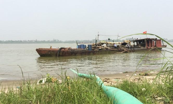Hình ảnh tàu khai thác cát trên sông Hồng, đoạn qua địa phận huyện Kim Động (Hưng Yên). Ảnh: N.H.