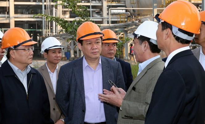 Phó Thủ tướng Vương Đình Huệ trong lần đi kiểm tra, xử lý các nhà máy. Ảnh: TC.