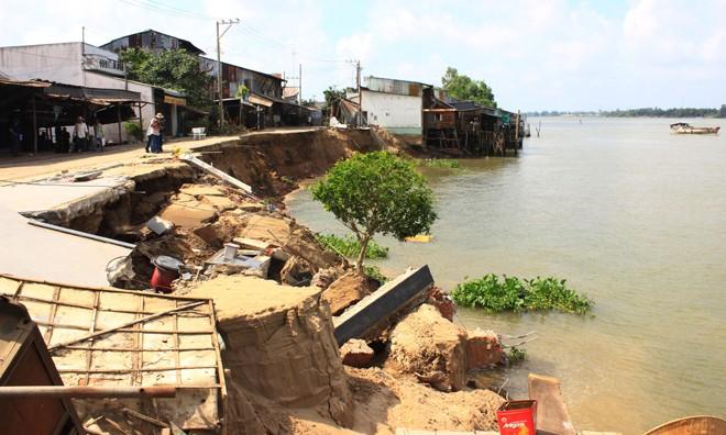 Hiện trường vụ sạt lở xảy ra ngày 22/4 ở xã Mỹ Hội Đông, tỉnh An Giang. Ảnh: TTXVN.