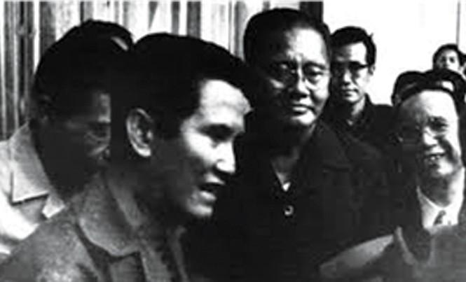 Từ phải qua: Ông Vũ Văn Mẫu, ông Dương Văn Minh và ông Nguyễn Hữu Hạnh trong ngày 30/4. Ảnh: TL.