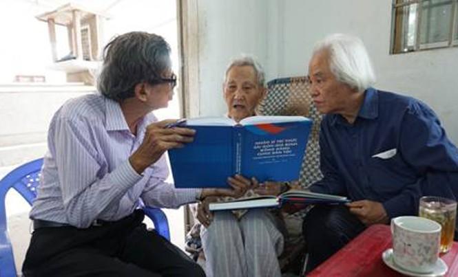 Chuẩn tướng Nguyễn Hữu Hạnh (ngồi giữa), ông Kiều Xuân Long (bên trái) và tác giả. Ảnh: Mai Khanh.
