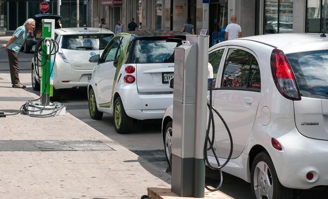 Tại Việt Nam, việc lưu thông các loại xe chạy hoàn toàn bằng điện sẽ là một thử thách lớn vì vậy, dòng xe hybrid sử dụng kết hợp cả xăng và điện, được nhiều chuyên gia đánh giá là một giải pháp hợp lý. Ảnh: PV.