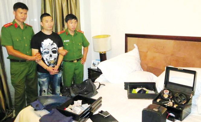 Hiếu được đưa đến căn hộ thuê ở đường Nguyễn Du khám xét. Ảnh: CA.