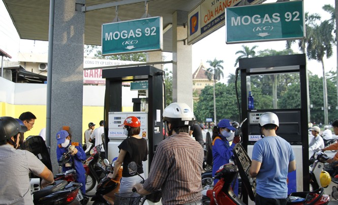Bộ Tài chính đề xuất tăng khung thuế bảo vệ môi trường với xăng lên tối đa 8.000 đồng/lít. (Người dân xếp hàng mua xăng tại cây xăng số 1 Trần Quang Khải - Hà Nội). Ảnh: Như Ý.