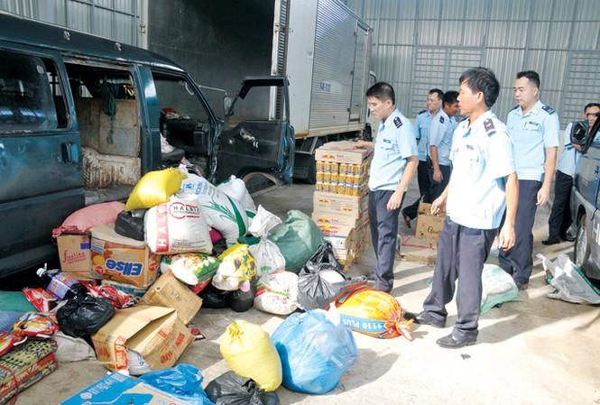 Lực lượng hải quan kiểm tra hàng lậu. Ảnh: Tuấn Nguyễn.