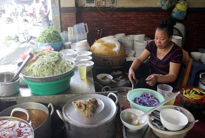 Quán bún chửi này cũng có tên trong danh sách bún mắng cháo chửi nổi tiếng ở Hà Nội. Ảnh: Mạnh Thắng.