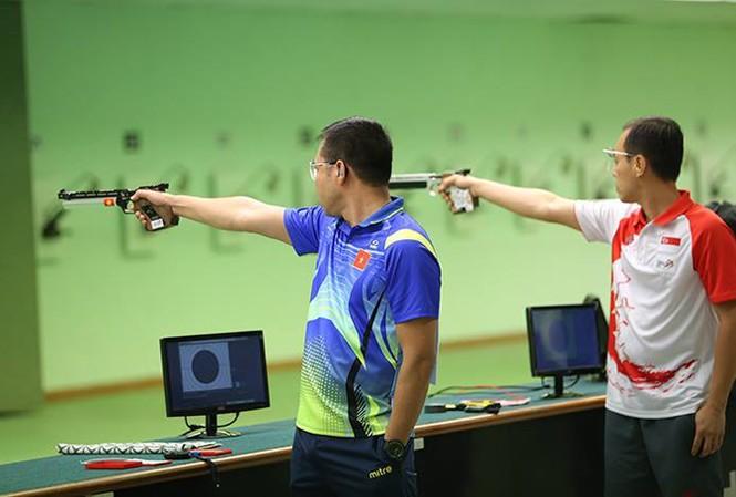 Hoàng Xuân Vinh trong bài bắn chung kết 10m súng ngắn bắn chậm. Ảnh: Q.Thắng.