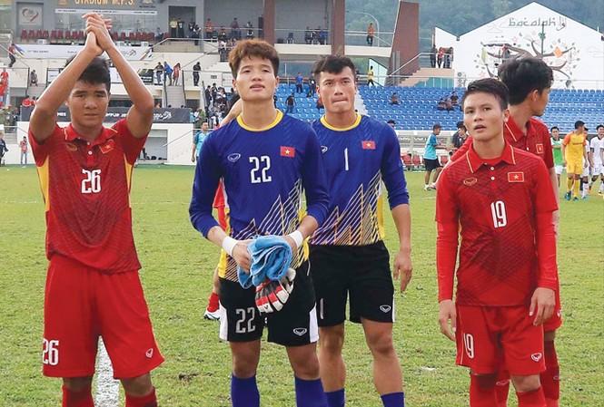 Thủ môn Phí Minh Long (số 22) cùng đồng đội xin lỗi khán giả sau thất bại trước ĐT U22 Thái Lan ở SEA Games 29. Ảnh: VSI.