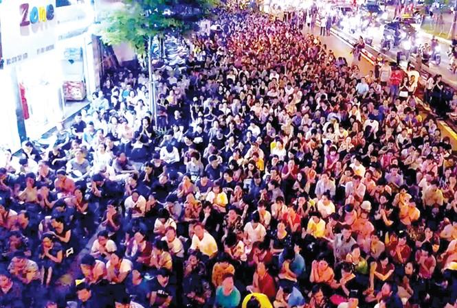 Hàng nghìn người ngồi kín lòng đường dự lễ Vu lan ở chùa Phúc Khánh. Ảnh: Như Ý.