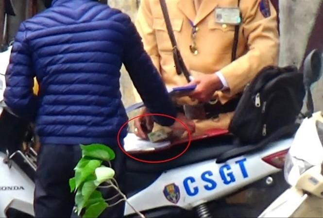 Bước đầu Công an TP Hà Nội thấy có dấu hiệu tiêu cực trong thực hiện nhiệm vụ của Cảnh sát Giao thông Hà Nội. Ảnh cắt từ clip.