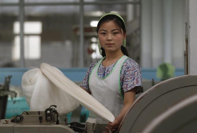 Lực lượng lao động trẻ Triều Tiên có thể bổ sung cho sự thiếu hụt ở Hàn Quốc. Trong ảnh: Một nữ công nhân dệt may ở Triều Tiên. Ảnh: Reuters.