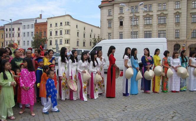 Người Việt tại Séc là cộng đồng người nước ngoài lớn thứ ba ở nước này. Ảnh: Vietinfo.