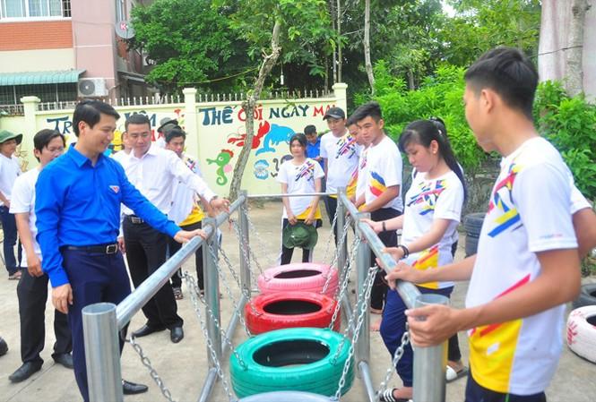 Anh Nguyễn Ngọc Lương, Bí thư Trung ương Ðoàn, thăm sinh viên tình nguyện tại Cần Thơ. ẢNH: HÒA HỘI.