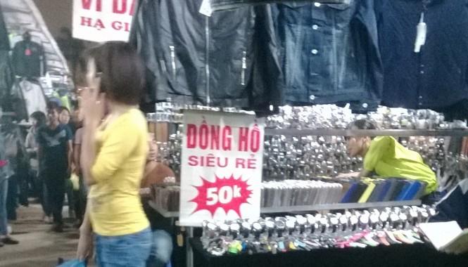 Hàng Trung Quốc giá rẻ bày bán tại chợ đêm