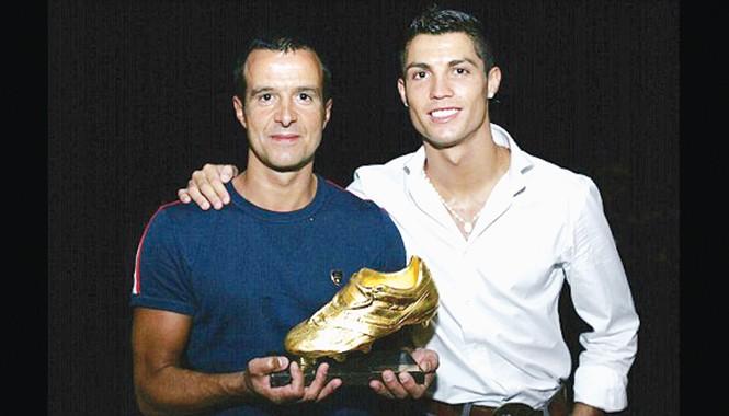 """Siêu """"cò"""" Mendes cùng Ronaldo thời điểm ngôi sao người Bồ mới chuyển đến khoác áo Real với mức phí kỷ lục thời điểm đó. Ảnh: Getty Images"""