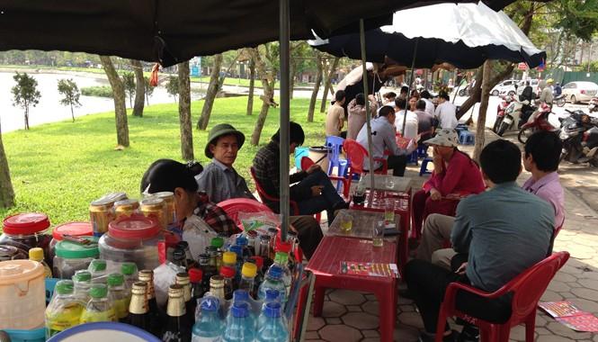 Hàng quán ăn uống tràn ngập quanh hồ Ba Mẫu. Ảnh: Tuấn Minh