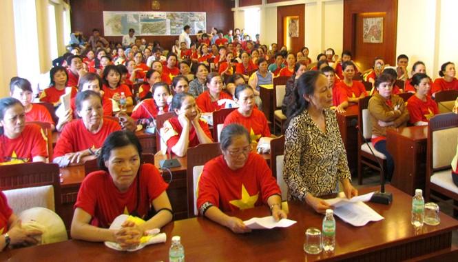 Bà Ngô Thị Bình (đứng), đại diện tiểu thương Chợ Đầm phát biểu ý kiến trong cuộc đối thoại