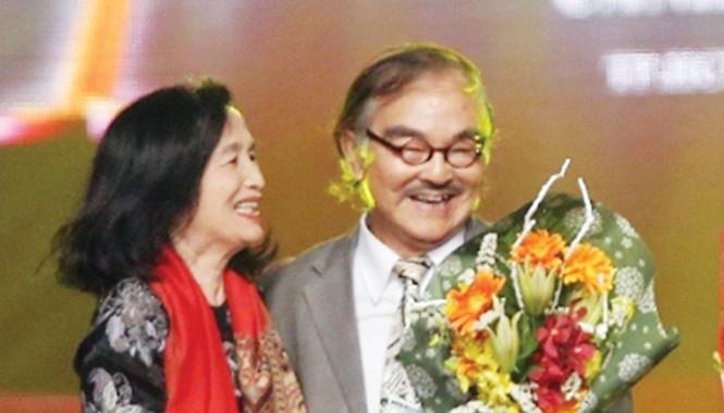 NSND Trà Giang đang trao kỷ niệm chương Vì thành tựu phát triển điện ảnh Việt Nam nhân dịp liên hoan phim Cánh diều Vàng 2014